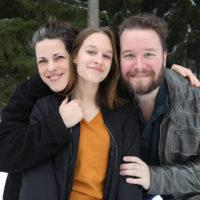 Mirella Pendolin-Katz (Lovis), Livia Wikström (Ronja) och J. Edgar Nieminen (Mattis).